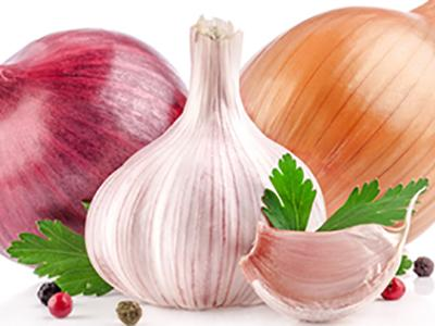 Red and white onions with garlic