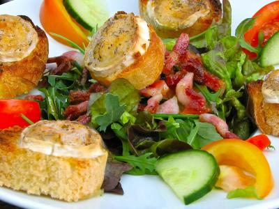 Salade au Chevre Chaud (Salad with warm goat cheese)