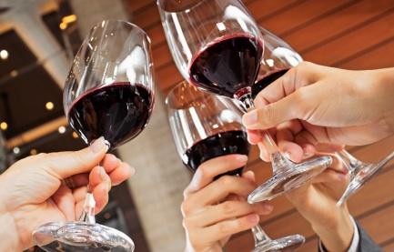 Wineglasstoast2.jpg